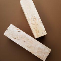 Masurbjörk + med en del mönster på minst 2 av klossens sidor