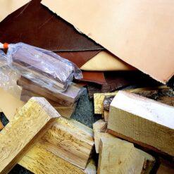 Paket med andrahandsorterade trä- och läderbitar